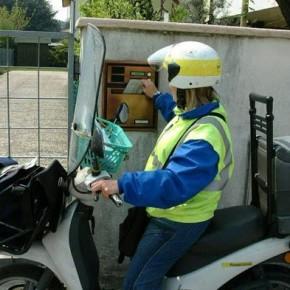 Poste Italiane assume centinaia di postini motorizzati per i quattro mesi estivi.